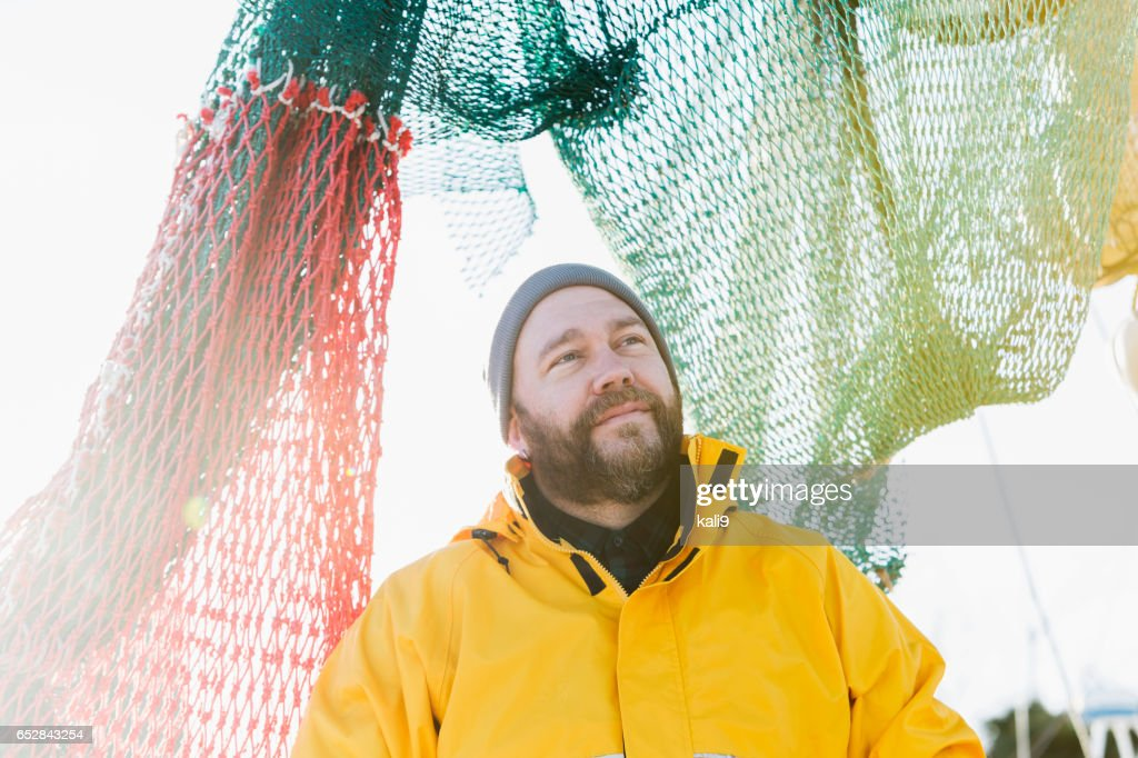 Mann arbeitet auf kommerzielle Fischereifahrzeug : Stock-Foto