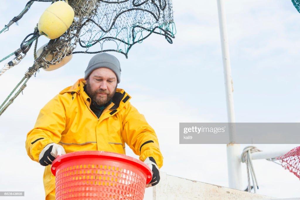 Mann arbeitet auf kommerzielle Garnelen Boot Korb : Stock-Foto