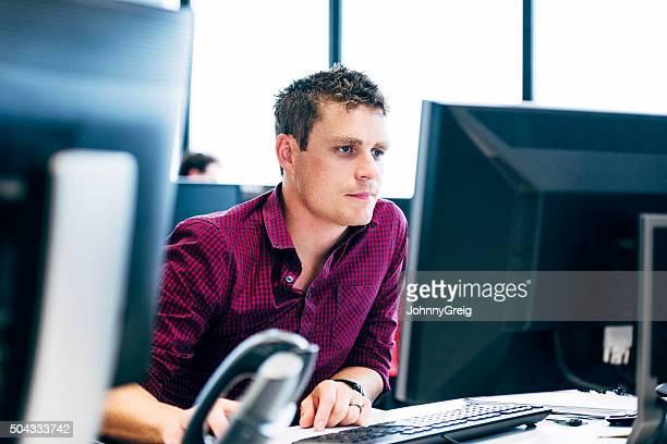 Uomo lavorando sul computer in ufficio moderno