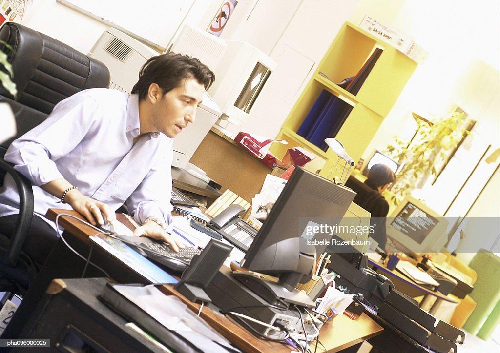 Man working on computer : Stockfoto