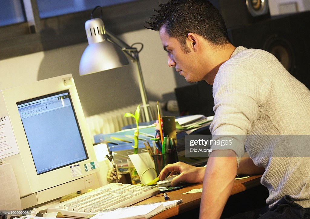 Man working on computer, side view : Stockfoto