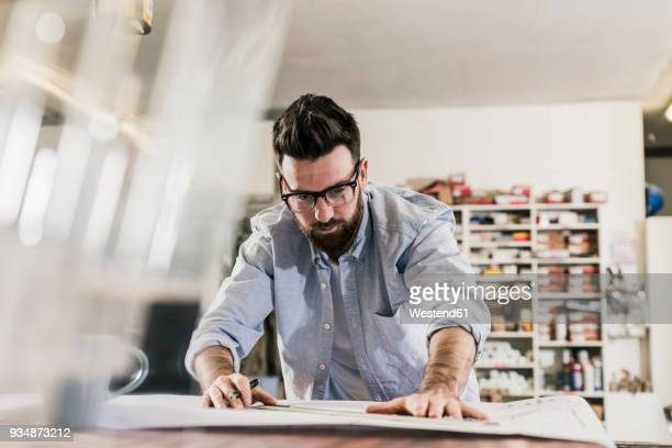 man working on construction plan - ontwerper stockfoto's en -beelden