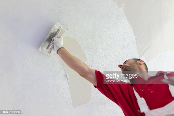 man working on drywall - maler stock-fotos und bilder