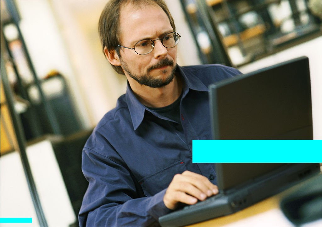 Man working on laptop computer : Stockfoto