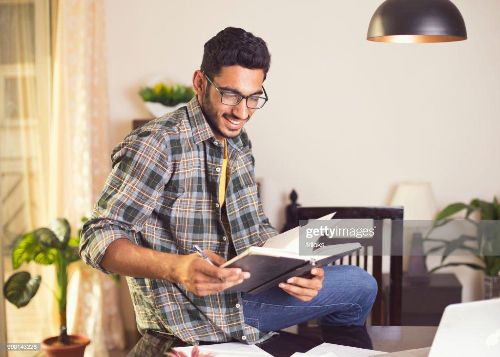 Mann arbeitet auf laptop  : Stock-Foto