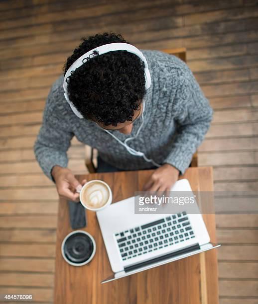 働く男性オンラインでのコーヒーショップ