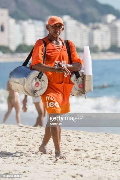 mann arbeitet verkauf mate matt leão copacabana - copacabana rio de janeiro stock-fotos und bilder