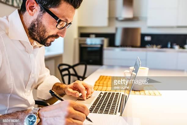 Mann arbeitet mit laptop zu Hause