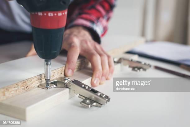 mann arbeitet mit drill - etwas herstellen stock-fotos und bilder