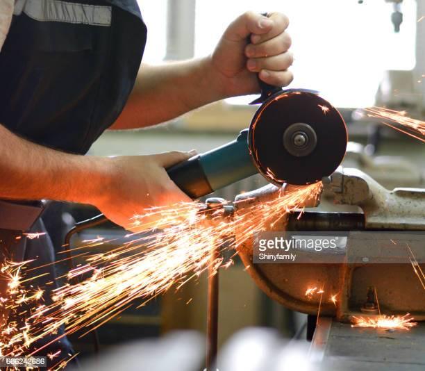 Hombre que trabaja con molinillo en taller