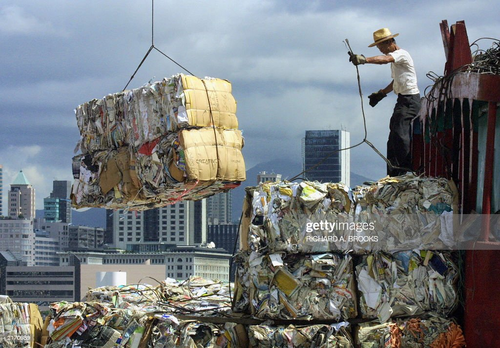 A man works on a dock on Hong Kong's har : News Photo