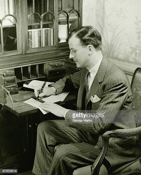 Uomo Scrivere una lettera alla Presidenza, (B & W