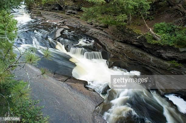 manabezho 滝 - ポーキュパイン山脈ウィルダネス州立公園 ストックフォトと画像