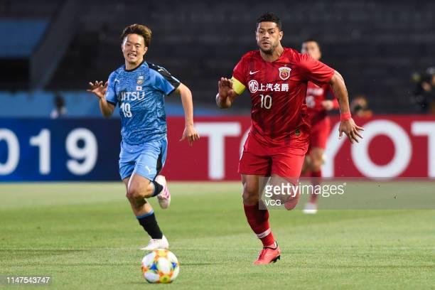 Manabu Saito of Kawasaki Frontale and Hulk of Shanghai SIPG compete for the ball during the AFC Champions League Group H match between Kawasaki...