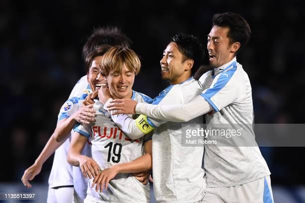 Manabu Saito of Kawasaki Frontale celebrates scoring a goal with team mates during the AFC Champions League Group H match between Kawasaki Frontale...