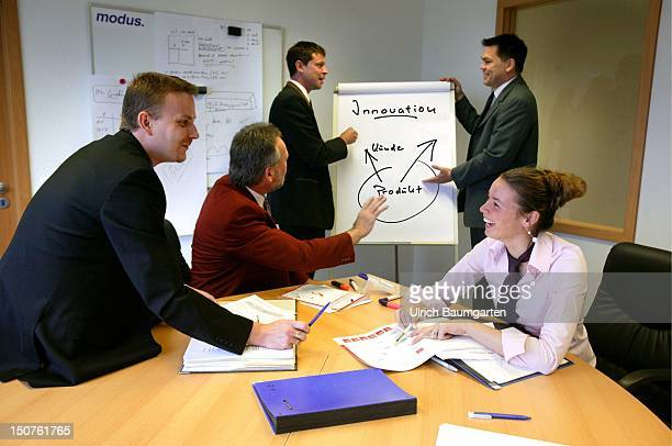 Management consultancy / meeting scene Symbolic picture Innovation in company teamwork of women and men