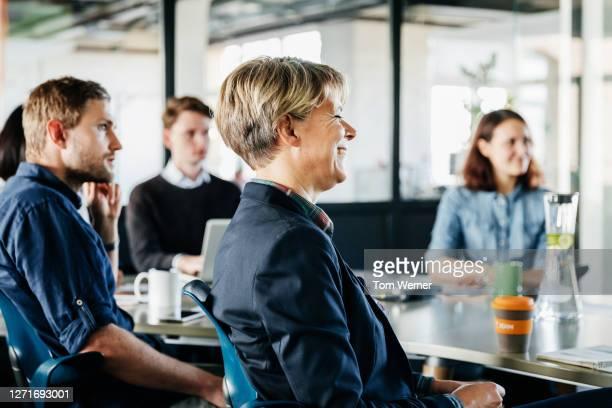 management meeting between business executives - vijf personen stockfoto's en -beelden