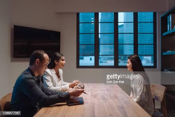 従業員の業績と幸福の経営レビュー - 執行猶予 ストックフォトと画像