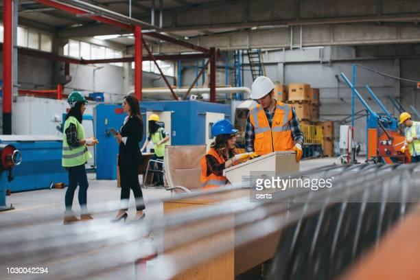 gerente e fábrica funcionários trabalhando juntos para fazer o trabalho - capacete de trabalho - fotografias e filmes do acervo