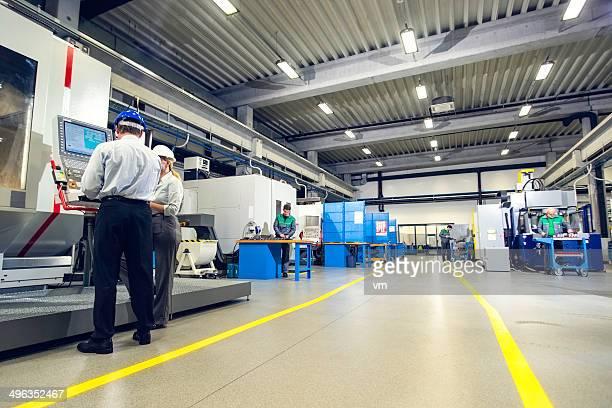 Manager und weibliche Ingenieur in der Fabrik Disscusing Projekt