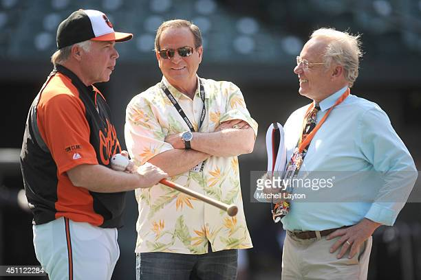 Manager Buck Showalter of the Baltimore Orioles talkes with former player Steve Stone and Orioles TV annoucer Gary Thorne before a baseball game...