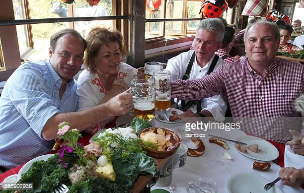 Manager Christian Nerlinger FC Bayern Munchen und Iris Heynckes Trainer Jupp Heynckes FC Bayern Munchen und Präsident FC Bayern Munchen Uli Hoeness...