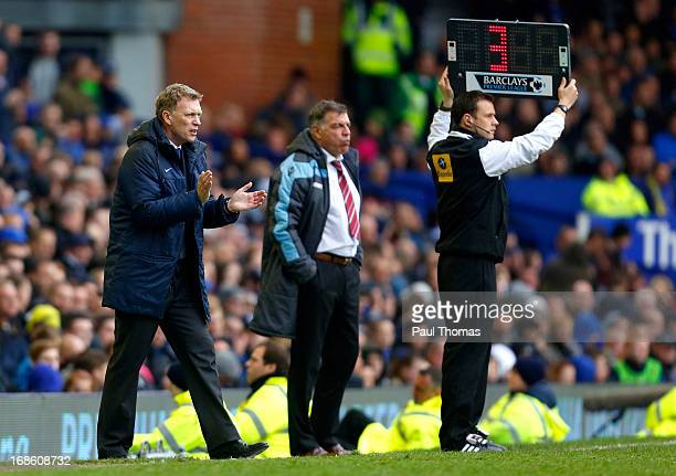 Manager David Moyes of Everton claps as the fourth official displays 3 minutes of extra time during the Barclays Premier League match between Everton...