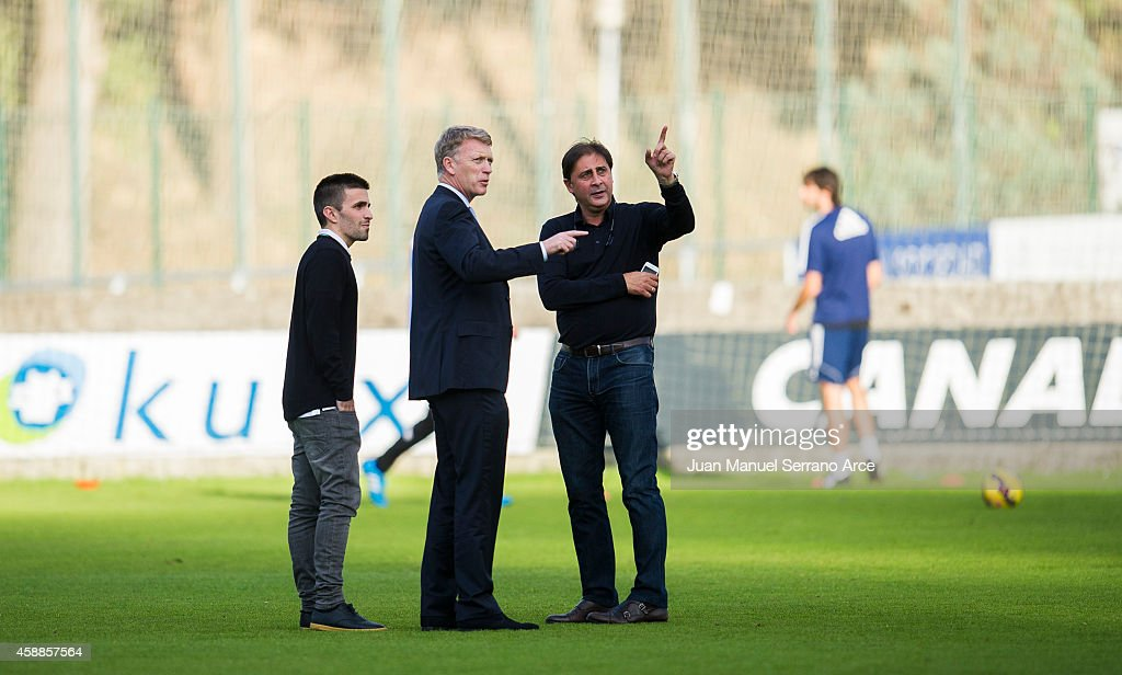 Manager David Moyes (C) talks with director general Lorenzo Juarros (R) during a Real Sociedad training session at the Zubieta training ground on November 12, 2014 in San Sebastian, Spain.