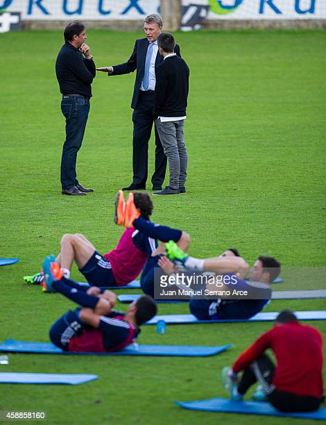 Manager David Moyes talks with director general Lorenzo Juarros during a Real Sociedad training session at the Zubieta training ground on November 12...