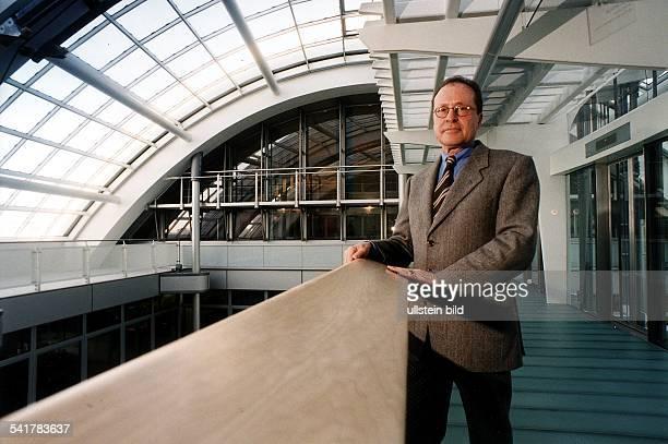 Manager, DHauptgeschäftsführer der Industrie- undHandelskammer Berlin im neuen Gebäude der IHK- Dezember 1998