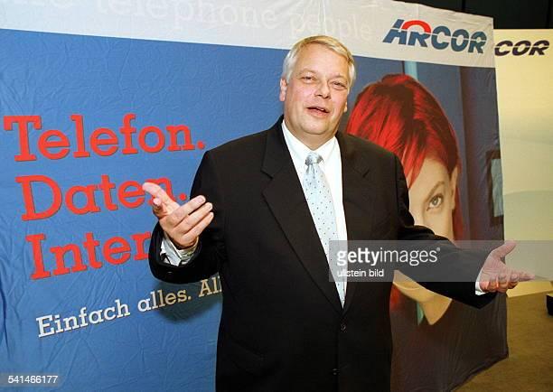 Manager DVorstandsvorsitzender der privatenTelefongesellschaftMannesmann Arcor AG uCoHalbfigur vor einem Werbeplakat von Arcor