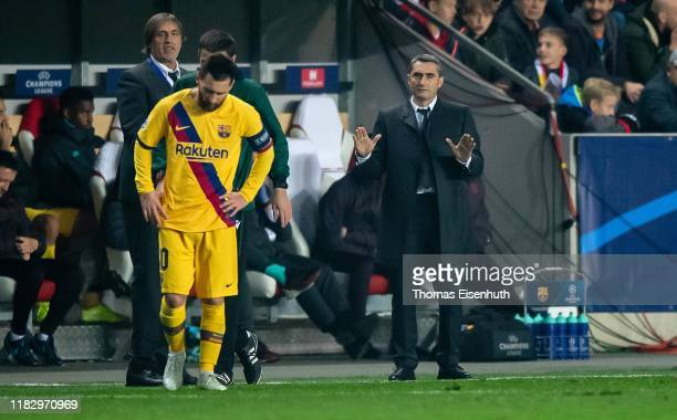Manager Ernesto Valverde and Lionel Messi of Barcelona react during the UEFA Champions League group F match between Slavia Praha and FC Barcelona at...