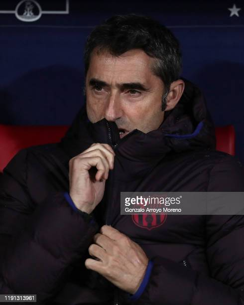 Manager Ernesto Valverde of FC Barcelona reacts from the bench prior the La Liga match between Club Atletico de Madrid and FC Barcelona at Wanda...