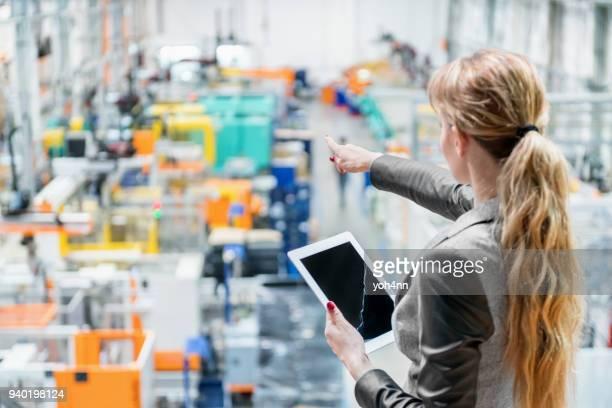 manager im werk zeigen und mit tablet - handel treiben stock-fotos und bilder