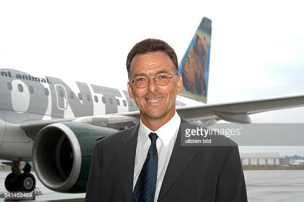 Manager Ingenieur LuxemburgAirbus Deutschland GmbH Bereich Fertigung der AirbusTypen A318 bis A321 steht vor einem Airbus