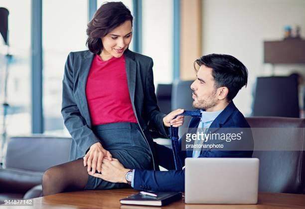 manager is flirten met haar collega in het bureau - kantoorromance stockfoto's en -beelden