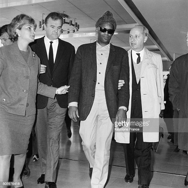 Manager Johnny stark At the Arrival At Orly Airport Of Singer Ray Charles For His European Tour in Orly France on May 7 1963