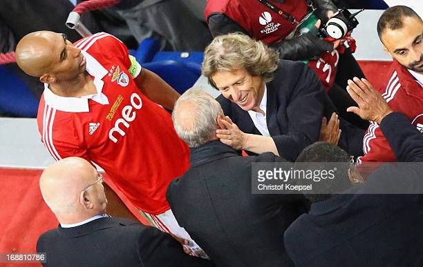 Manager Jorge Jesus of Benfica speaks to Ex-Ajax and Netherlands footballer Johan Cruyff as Luisao of Benfica looks on during the UEFA Europa League...