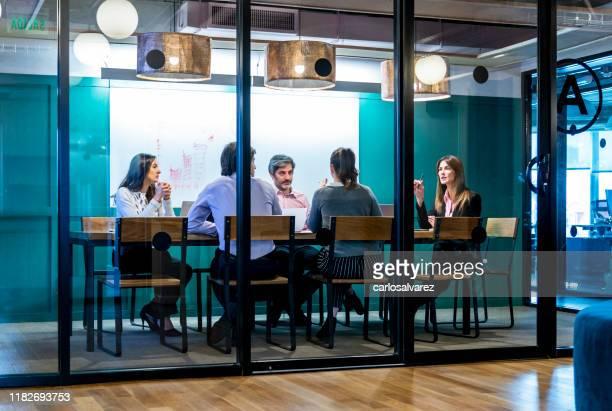 gestionnaire dirigeant la réunion au bureau - salle de réunion photos et images de collection