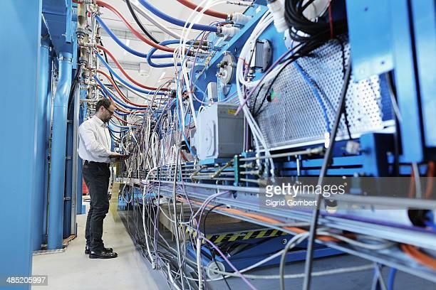 manager monitoring industrial equipment - sigrid gombert stock-fotos und bilder