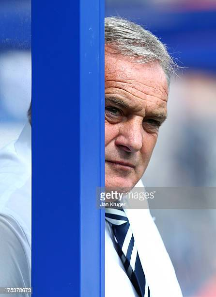 Manager of Sheffield Wednesday Dave Jones looks on during the Sky Bet Championship match between Queens Park Rangers and Sheffield Wednesday at...