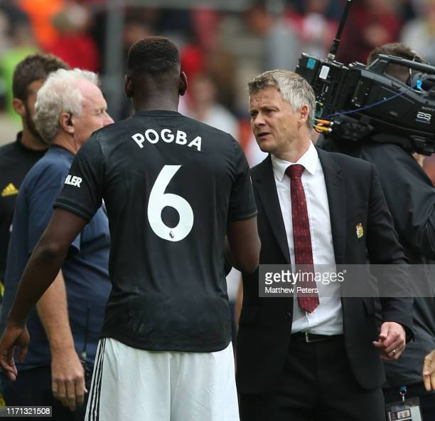 Manager Ole Gunnar Solskjaer of Manchester United speaks to Paul Pogba after the Premier League match between Southampton FC and Manchester United at...