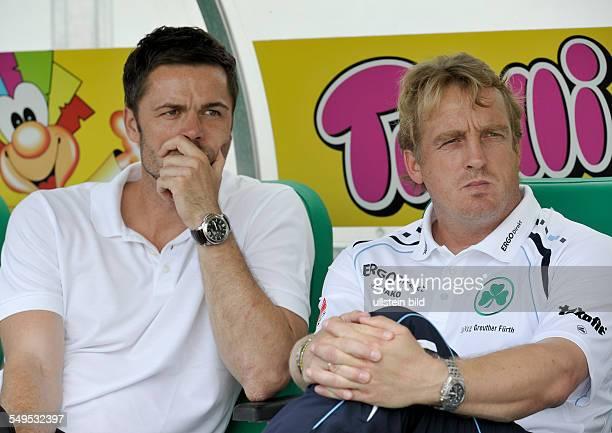 Manager Rachid Azzouzi links und Trainer Michael Bueskens sitzen auf der Bank waehrend dem Fussball Bundesliga Spiel SpVgg Greuther Fuerth gegen den...