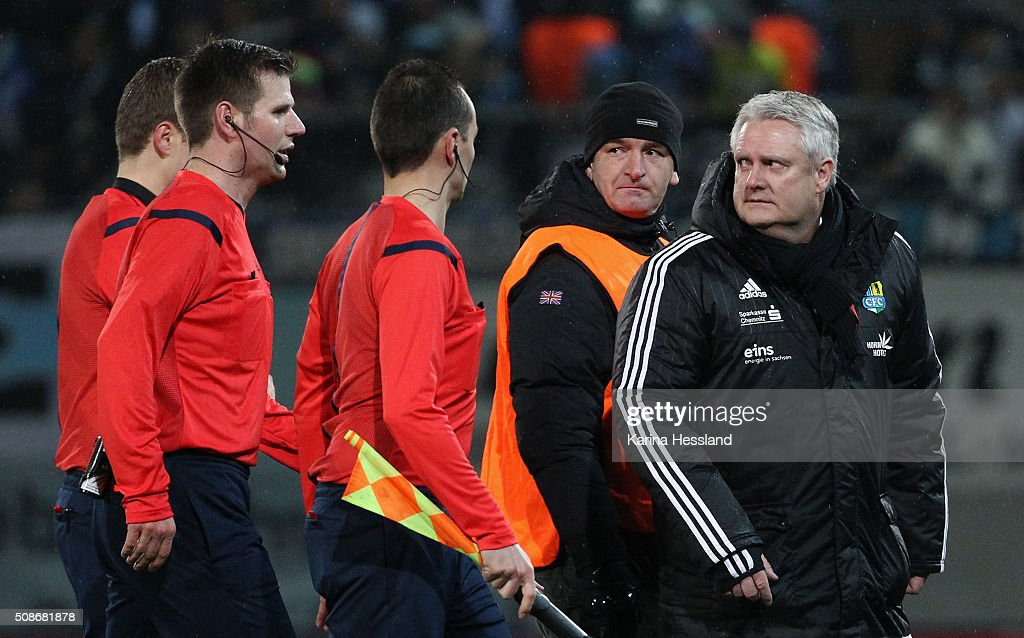 Manager Stephan Beutel of Chemnitz talks to Referee Frank Willenborg during the Third League match between Chemnitzer FC and 1.FC Magdeburg at Stadion an der Gellertstrasse on February 05, 2016 in Chemnitz, Germany.