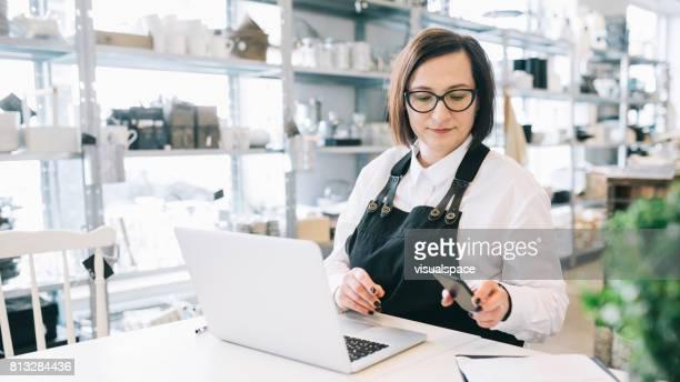 manager arbeitet in einem kleinen design-shop - weibliche angestellte stock-fotos und bilder