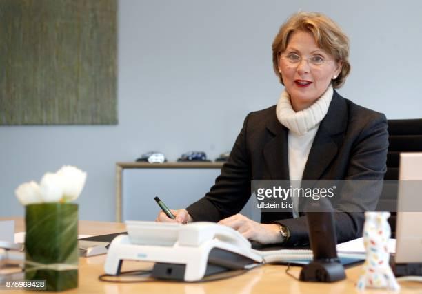 Managerin Juristin D Vorstandsmitglied Adam Opel AG Porträt am Schreibtisch