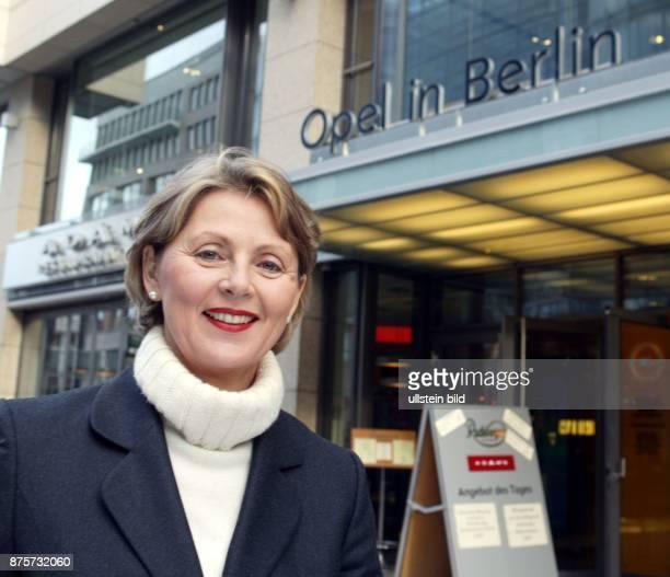 Managerin Juristin D Vorstandsmitglied Adam Opel AG Porträt vor der Opelniederlassung Berlin