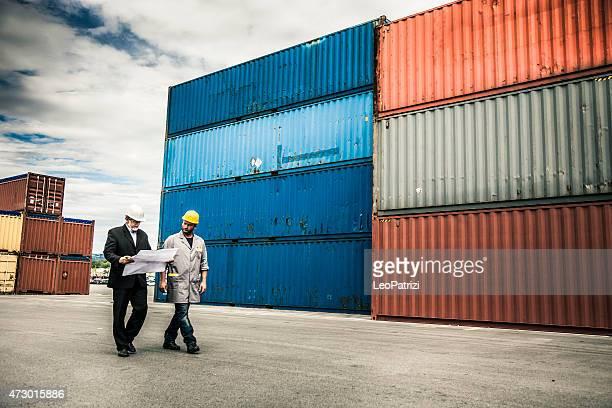 Manager und Arbeiter im dock