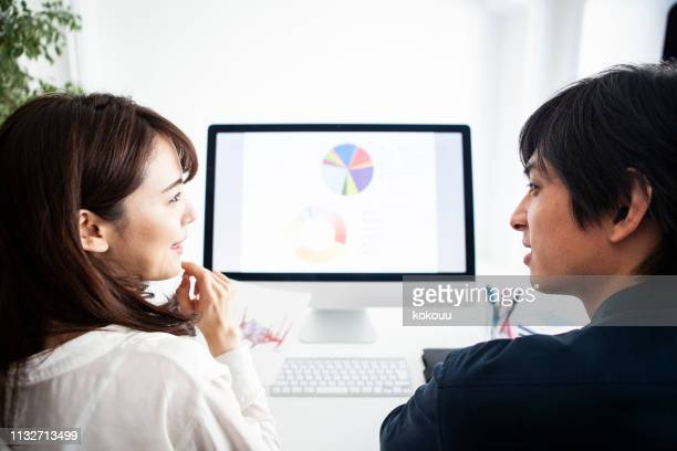 managers who think business policies while looking at the graph of materials - mindzoom 2 stock pictures, royalty-free photos & images