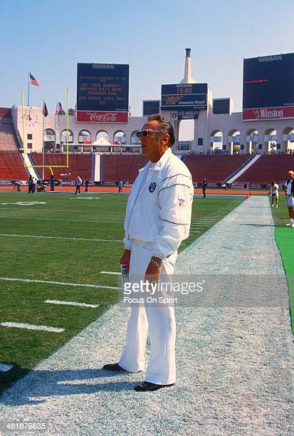 Managing General Partner Al Davis of the Los Angeles Raiders looks on before the start of an NFL football game circa 1989 at the Los Angeles Memorial...